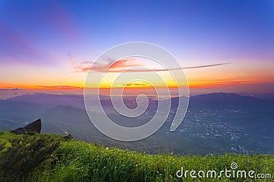 Kleurrijk de zomerlandschap bij bergen