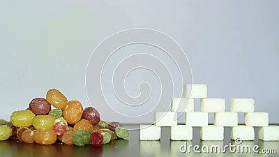 Kleurrijk suikergoed en witte suiker stock footage
