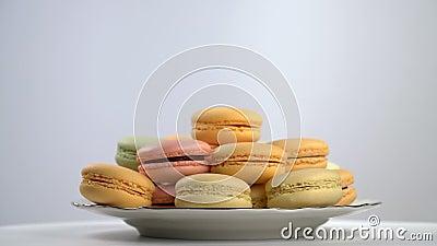 Kleurrijke Franse macarons, gastronomisch dessert stock video