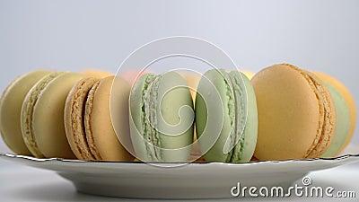 Kleurrijke Franse macarons, gastronomisch dessert stock footage