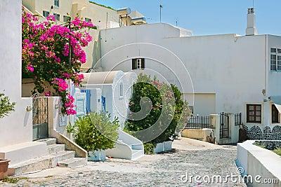 Kleurrijke oude straat in Fira, Santorini