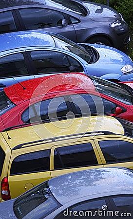 Kleurrijke rij van auto s