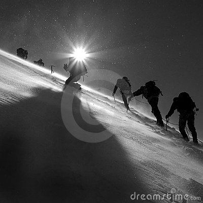 Klimmers die de gletsjer beklimmen