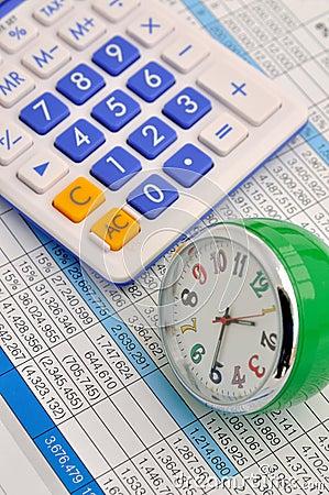 Klok en calculator op gegevens