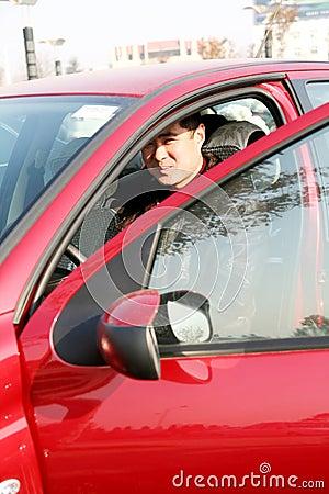 Knappe Aziatische mens in de auto