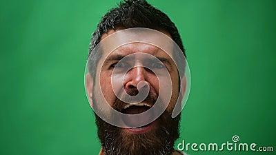 Knappe emotionele mens Jonge mens die verschillende emoties uitdrukken Emotiesgezichten van knappe gebaarde kerel Mannetje gezich stock video