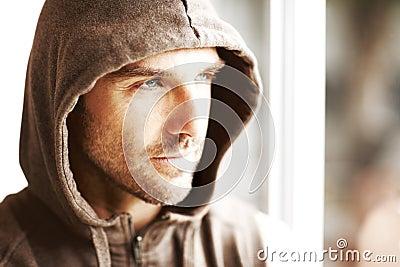 Knappe jonge mens die in de winterjasje weg kijkt