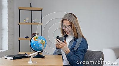 Knappe jonge vrouw die in glazen aan de bol kijken stock footage