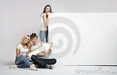 Knappe mens met twee meisjes en pijl