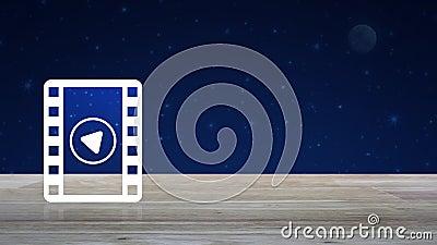 Knappen Spela upp med en platt filmikon på ett träbord över fantasi, natthimmel och måne, onlinekoncept för affärsfilm royaltyfri illustrationer