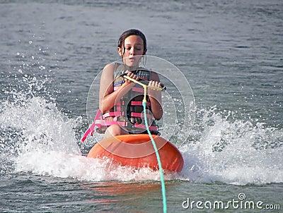 Kneeboarding的女孩
