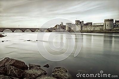 König Johns Castle im Limerick, Ireland.B&w Foto