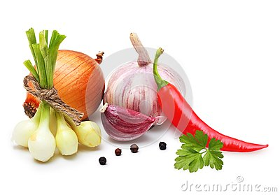 Knoblauchzehe, Zwiebel, roter Pfeffer und Gewürze