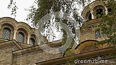 Kościół święty Nedelya przy różnorodnymi kątami otaczającymi greenery, kulturalny widok zdjęcie wideo