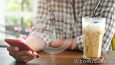 4 Ko les gens qui utilisent un smartphone mobile pour les interactions sur les médias sociaux dans les cafés avec la diffusion d' banque de vidéos