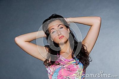 Kobiet piękni ciemni z włosami potomstwa