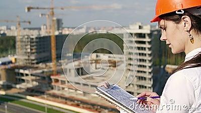 Kobieta architekta czeki z budowa planem zbiory wideo