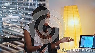 Kobieta czarna wokalistka poszukująca błędów w muzycznych nutach piosenki podczas próby zbiory wideo
