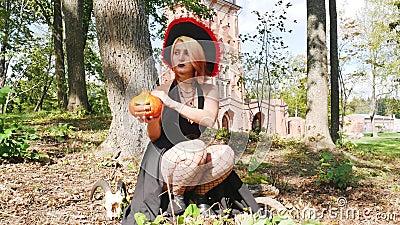 Kobieta czarodziejka, zagadka dyni, październikowa fantazja zdjęcie wideo