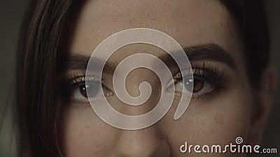 Kobieta głęboka - brąz przygląda się patrzeć enigmatically zdjęcie wideo