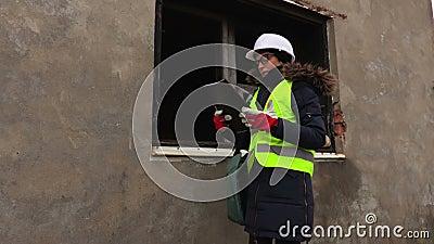 Kobieta inżynier sprawdza budowę niedokończony budynek zdjęcie wideo