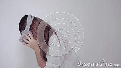 Kobieta jest ubranym VR szkła zbiory
