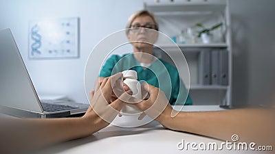 Kobieta lekarka dająca słoik z lekami dla kobiet, punkt widzenia pacjenta, recepta zbiory