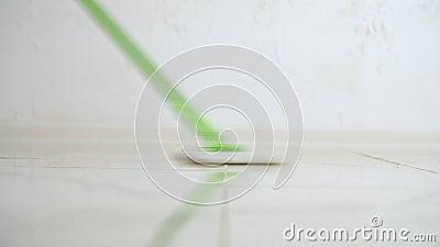 Kobieta myje brud od podłogi z kwaczem zbiory wideo