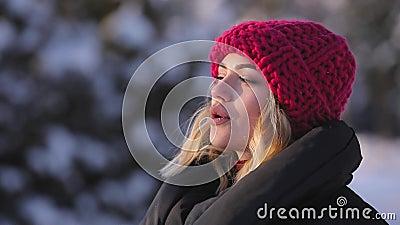 Kobieta oddycha świeżego zimnego zimy powietrze, slowmotion zdjęcie wideo