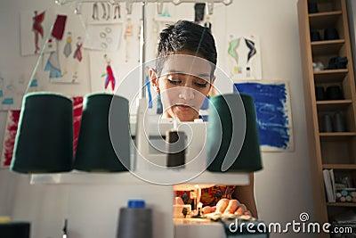 Kobieta przy pracą jako krawczyna w mody projekta atelier