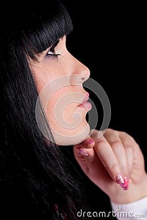 Kobieta przyglądająca up na czerni