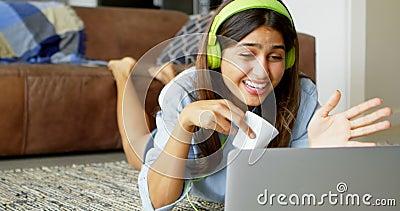Kobieta robi wideo wezwaniu przyjaciel na laptopie 4k zdjęcie wideo