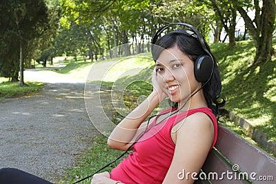 Kobieta słuchająca muzyka