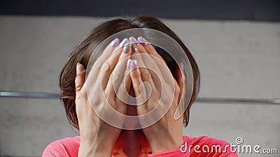 Kobieta Siedzi chwyt myśli relaksu pozy Kierowniczego zbliżenie zbiory wideo