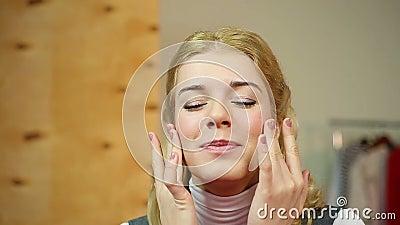 Kobieta stosuje drogą starzenie się śmietankę, cieszy się gładzi skóra skutek zbiory