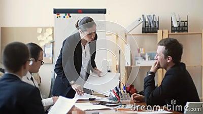 Kobieta szef egzamininuje jej firma raporty i uwłacza, amerykanin afrykańskiego pochodzenia dziewczyna przynosi ona więcej papier zbiory wideo