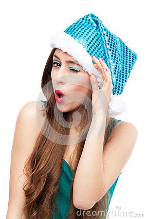 Kobieta w Bożenarodzeniowy kapeluszowy mrugać