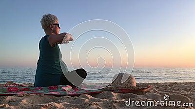 Kobieta w ninth miesiącu excercising na plaży brzemienność zbiory