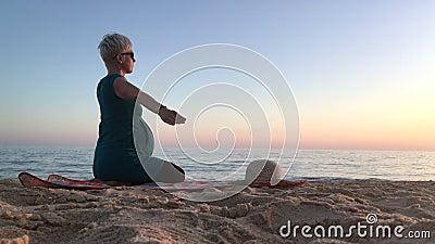 Kobieta w ninth miesiącu excercising na plaży brzemienność zdjęcie wideo