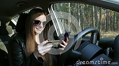 Kobieta w samochodowej chwyt karcie kredytowej, robić zakupy online i zbiory wideo