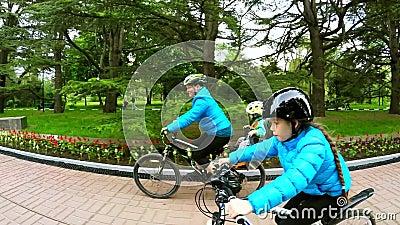 Kobieta z dzieckiem jedzie bicykl obok dziewczyny na bicyklu swobodny ruch zbiory wideo