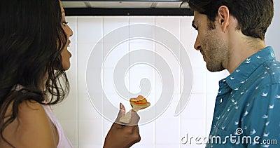 Kobiety karmienia mężczyzna podczas gdy gotujący w kuchni zbiory wideo