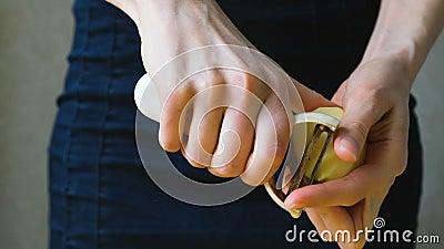 Kobiety kucbarskiego obierania kartoflana łupa z jarzynowym krajaczem w górę zbiory wideo