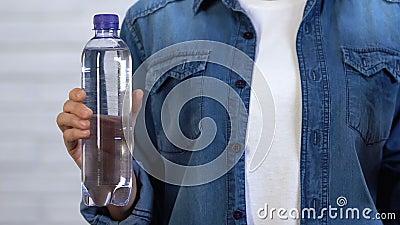 Kobiety mienia plastikowa butelka i ogłoszenie towarzyskie bidon robić od karmowego klingerytu zbiory wideo
