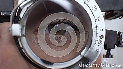 Kobiety oko z rozmienionym obiektywem w phoropter, wizualnego acuity test, białkówka diagnostycy zbiory