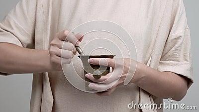 Kobiety ` s ręki trzymają tłuczek i moździerz Dodaje różanych płatki i zaczyna mortaring one delikatnie zbiory wideo