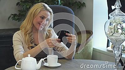 Kobiety uroczy spojrzenia przy jej ulubioną fotografią w ramie zdjęcie wideo