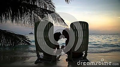 Kochająca para na tropikalnej plaży podziwia całować i zmierzch swobodny ruch zbiory