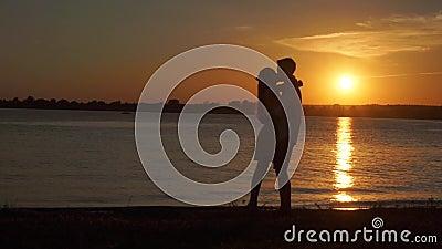 Kochająca starsza para cieszy się romantycznego zmierzchu wieczór tanczy wpólnie na plaży filmującej zbiory