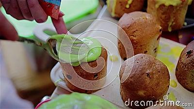 Kochen einer köstlichen süßen Festlichkeit Koch erhält die grüne Glasur auf den kleinen Kuchen Langsames Play-back stock footage